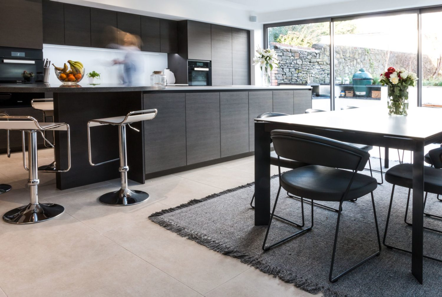 handle-less contemporary kitchen dining room with connubi table and chairs